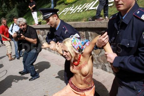 1314354504-femen-protest-during-independence-day-in-the-ukraine_803699