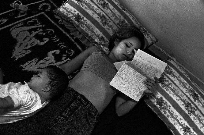 Los Angeles, CA 1994, Ivonne reads a letter from her gang-involved boyfriend after his deportation to El Salvador. Photos by Donna De Cesare. From the book Unsettled/Desasosiego © 2013 by The University of Texas Press.
