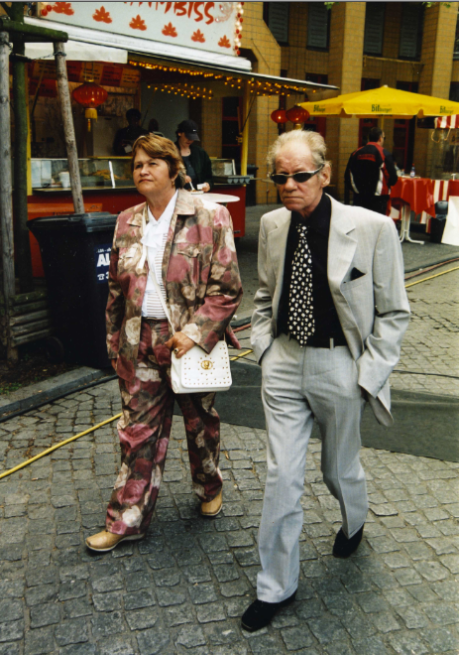 ohne Titel aus der Serie In der Straße/Untitled from the series In the Street, seit/since 2000 Farbfotografien/C-Prints Größe variabel/Variable sizes Courtesy Sammlung Berlinische Galerie, Berlin Copyright Boris Mikhailov
